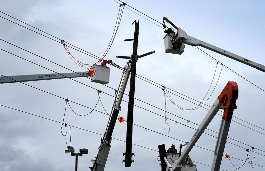 ремонт опор ЛЭП, фото стихийного бедствия в Нью-Йорке