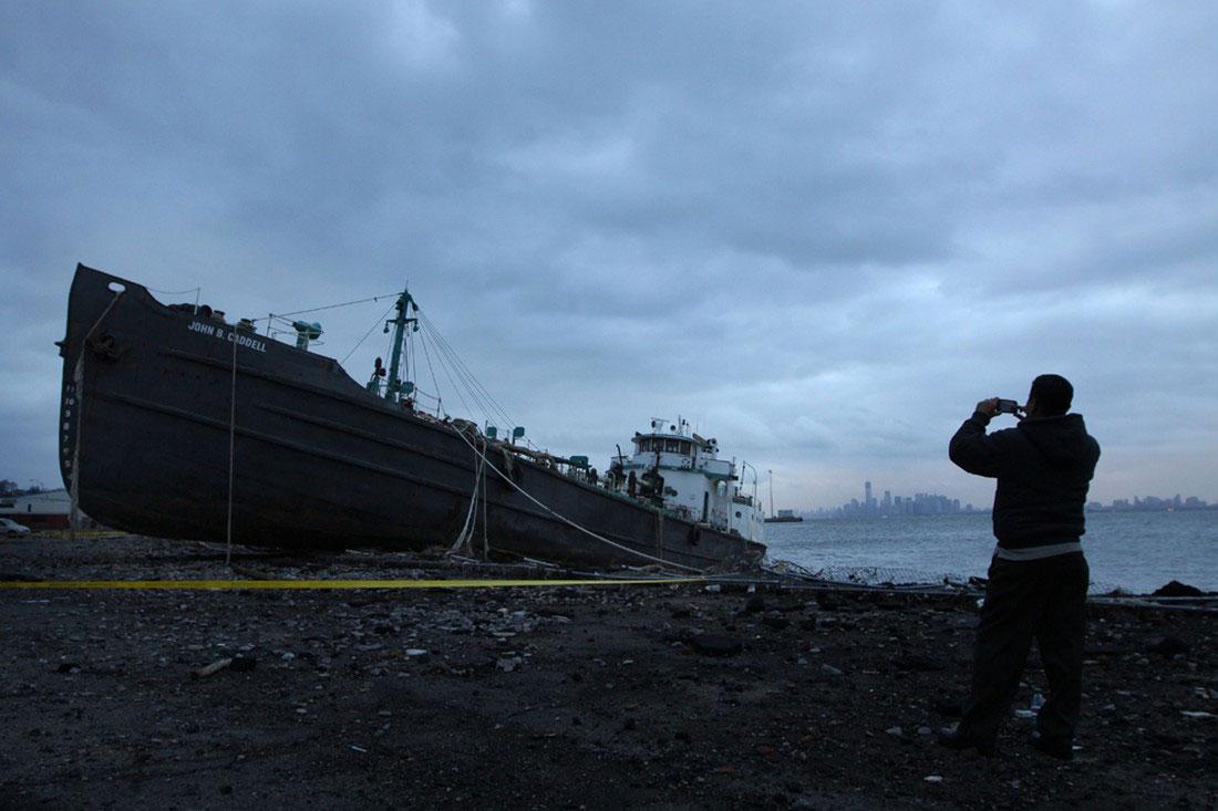 танкер, выброшенный на берег, фото стихийного бедствия в Нью-Йорке