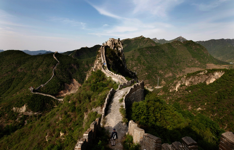 турист ходит по Великой Китайской стене, фото