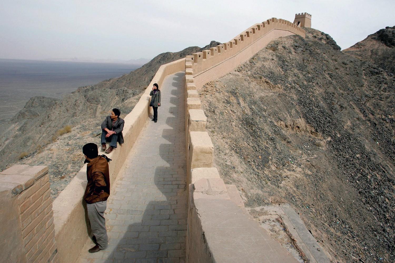 туристы прогуливаются по китайской стене, фото