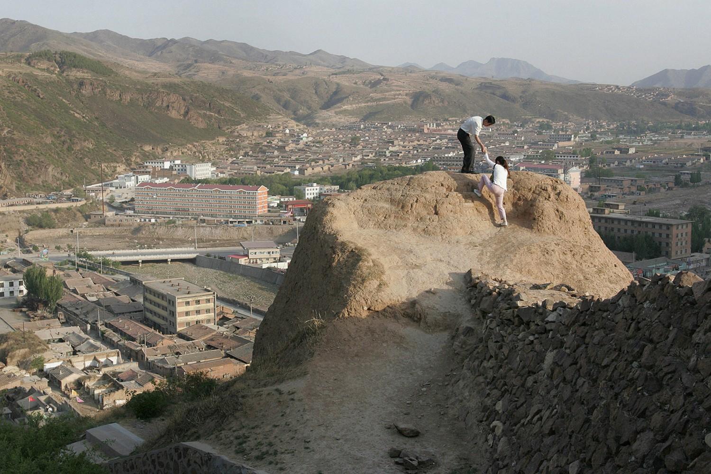 люди забираются на одну из сторожевых башен, фото