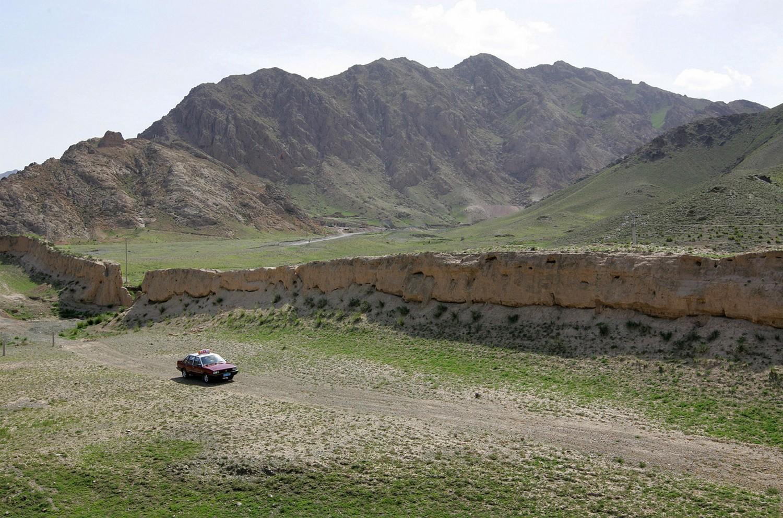 машина рядом с древней частью Великой Китайской стены, фото
