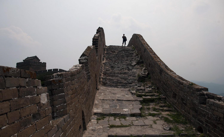 туристы на Великой Китайской стене осматривают окрестности