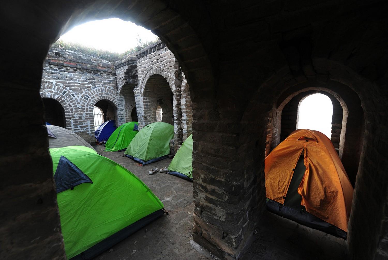 туристы в сторожевой башне Китая, фото