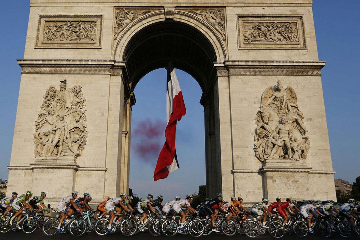 участники велогонки у арки на Елисейских Полях