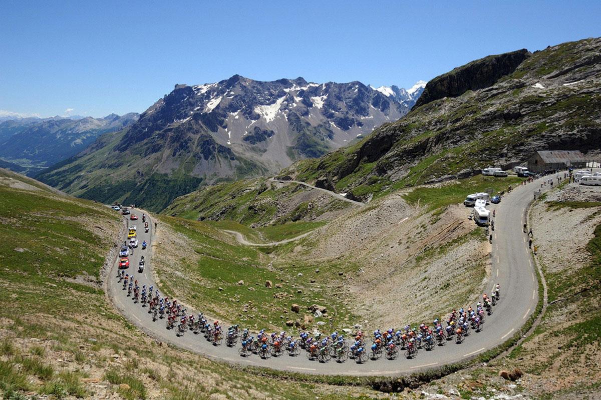участники велогонки на вершине Коль дю Галибье