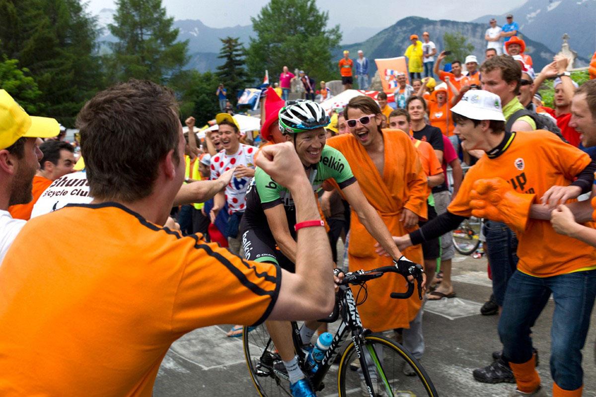 Болельщики приветствуют бельгийского велогонщика