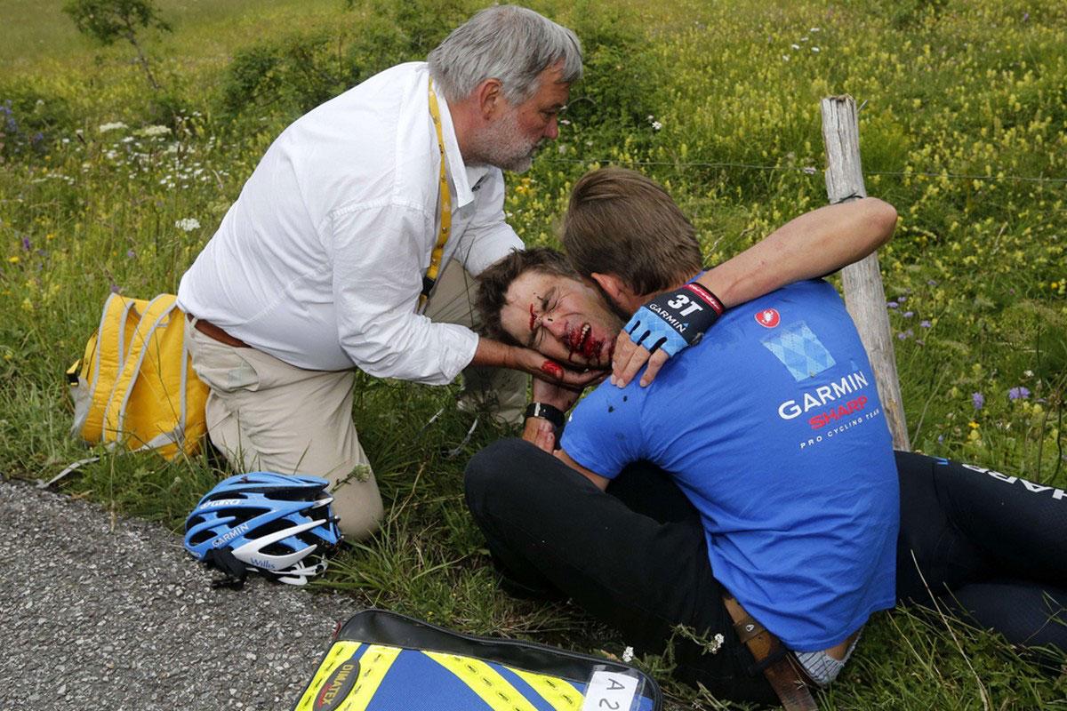 падение гонщика с велосипеда