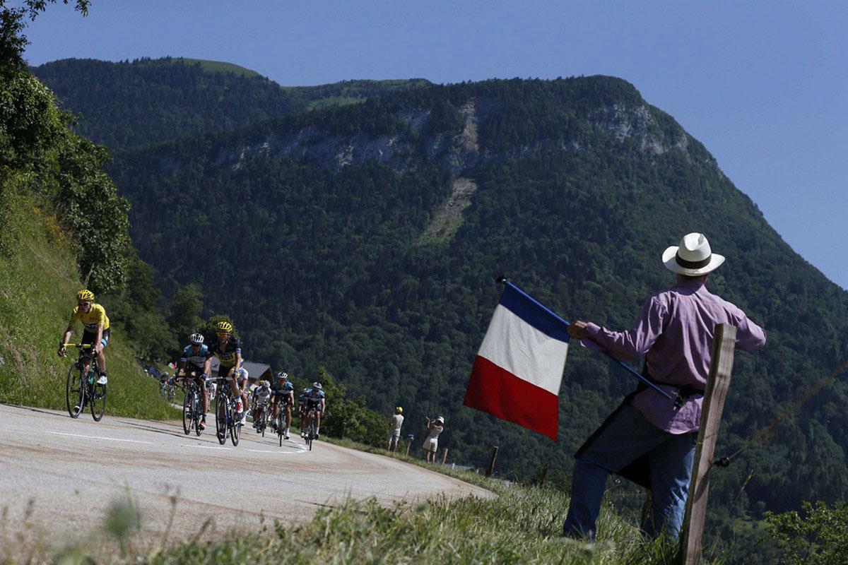 болельщик с французским флагом