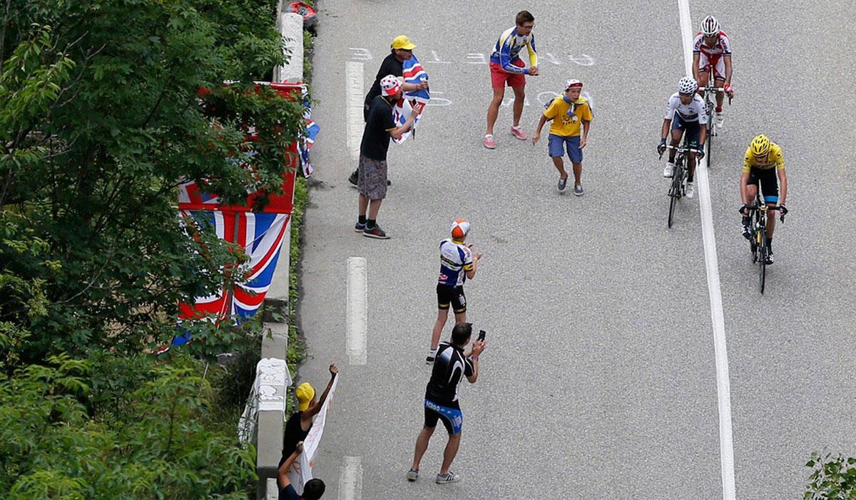 участники велогонки