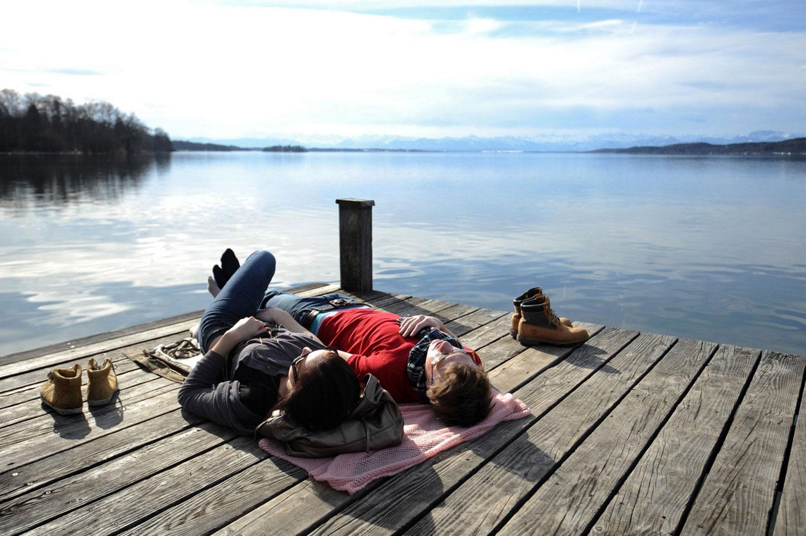 люди на озере