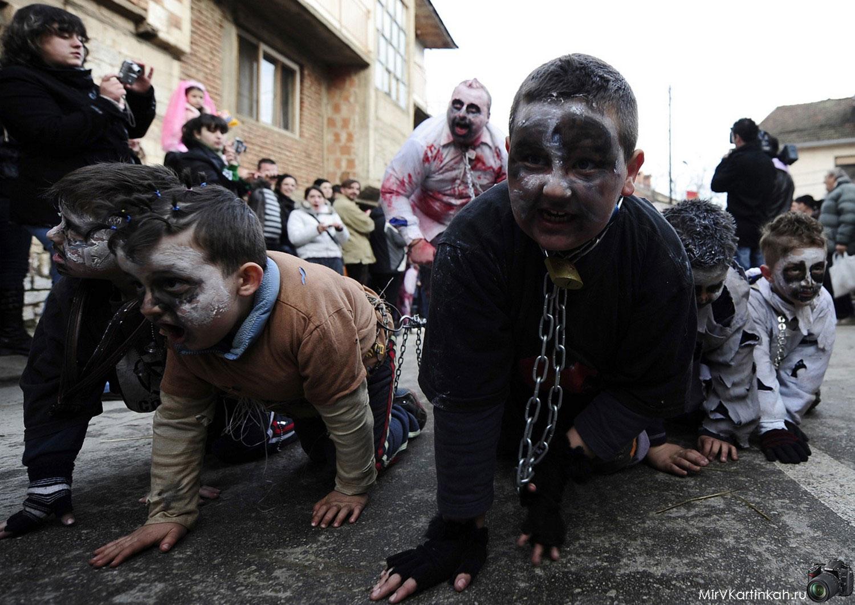 дети в костюмах зомби