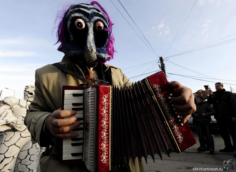 гармонист в маске