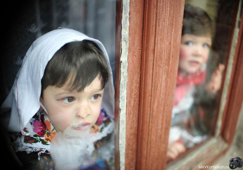 дети в окнах домов