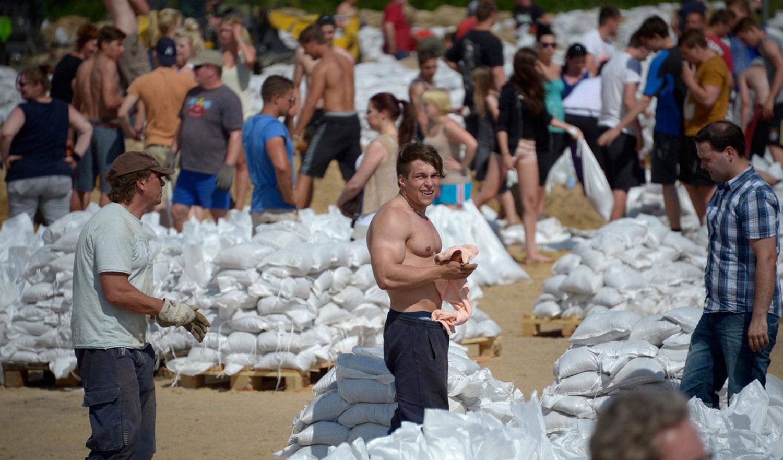 Местные жители заготавливают мешки с песком