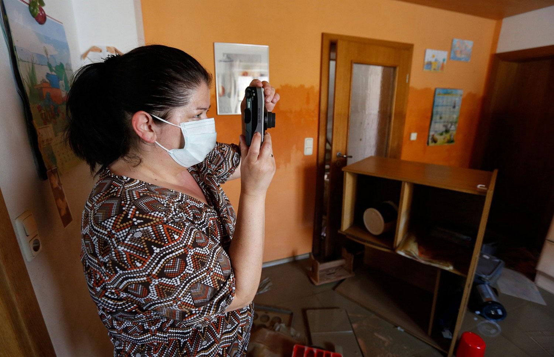 женщина фотографирует кухню
