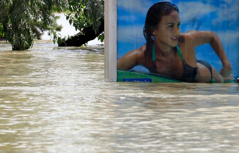 погруженный в воду рекламный щит