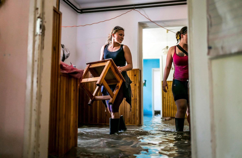 Женщины спасают мебель