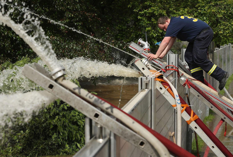 Пожарный взобрался на самодельный барьер