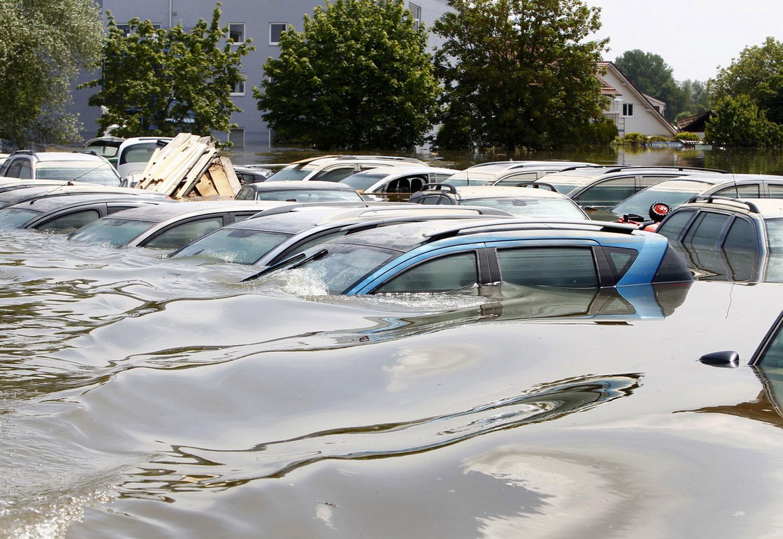 Припаркованные автомобили в наводнении