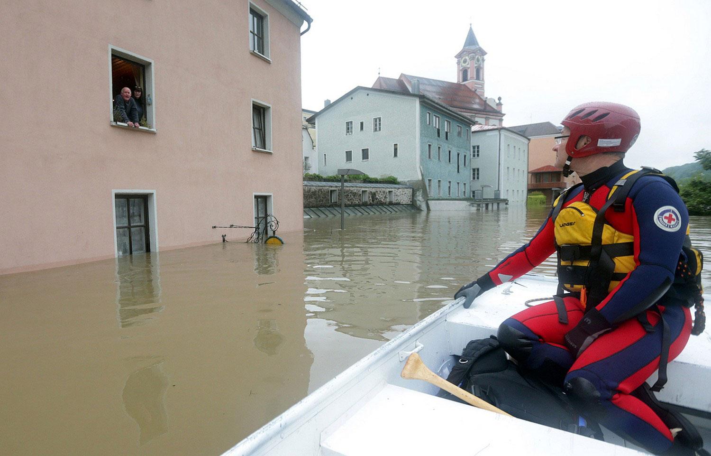 спасатель в лодке