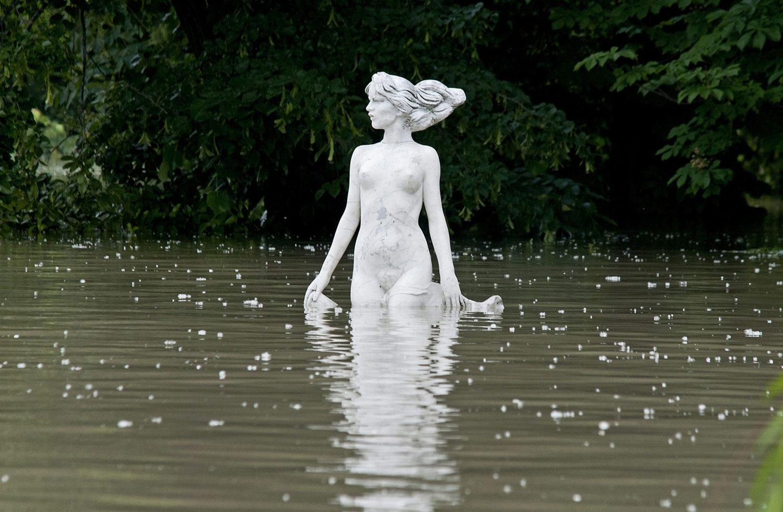 Статуя в паводковых водах