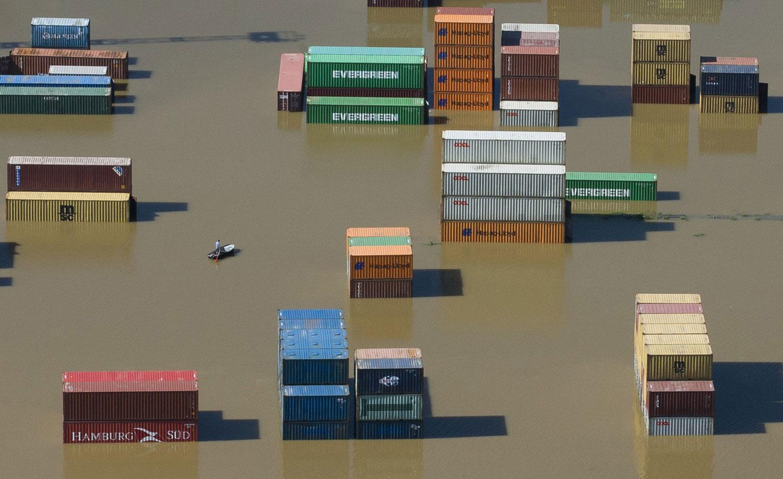 Контейнеры в затопленной гавани