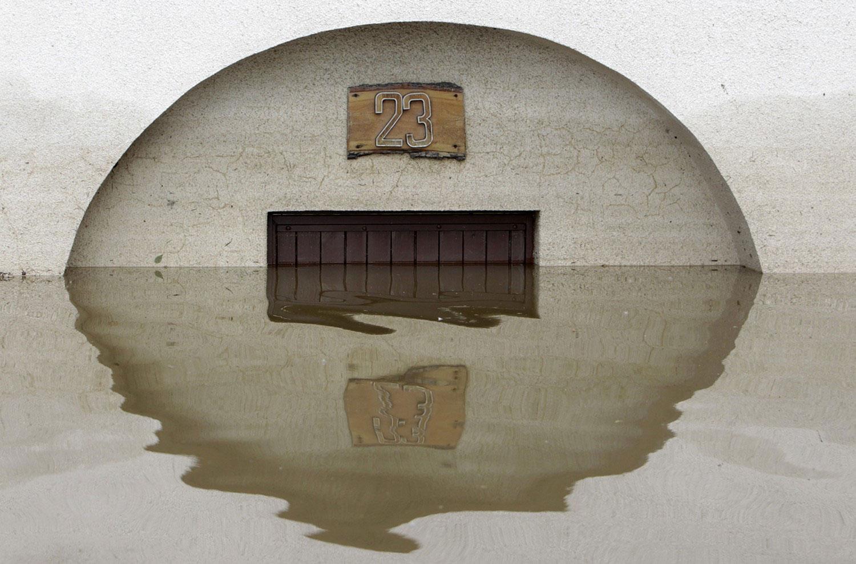 дверь дома в воде