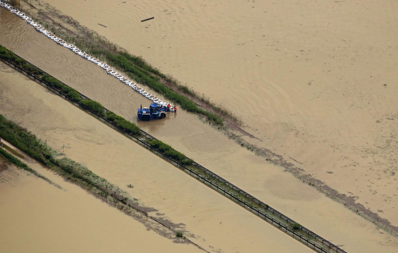 люди спасаются от затопления