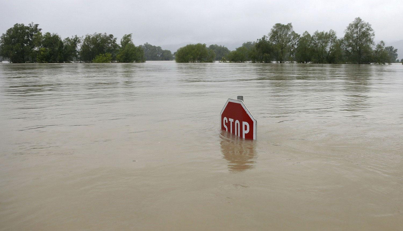 Дорожный знак торчит из воды