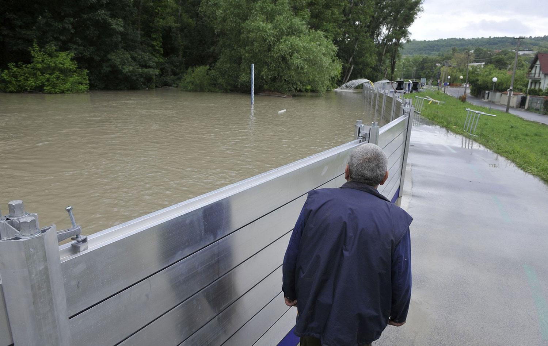 Человек смотрит на воду