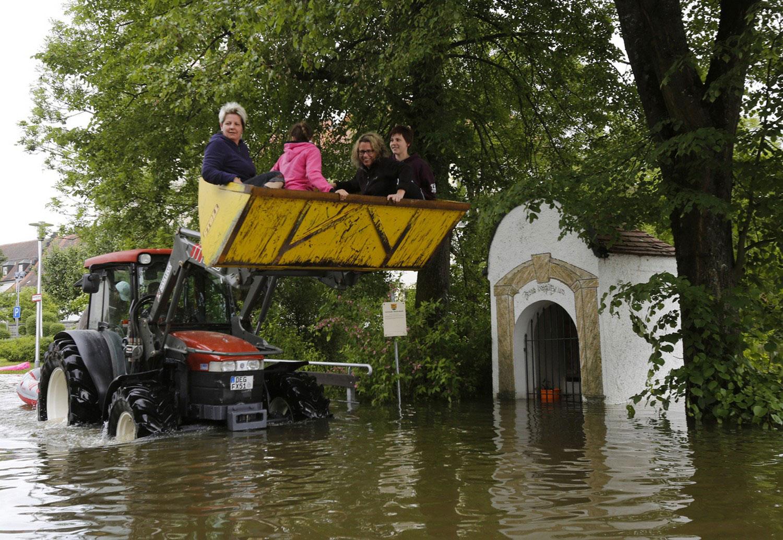 Эвакуация жителей при помощи трактора