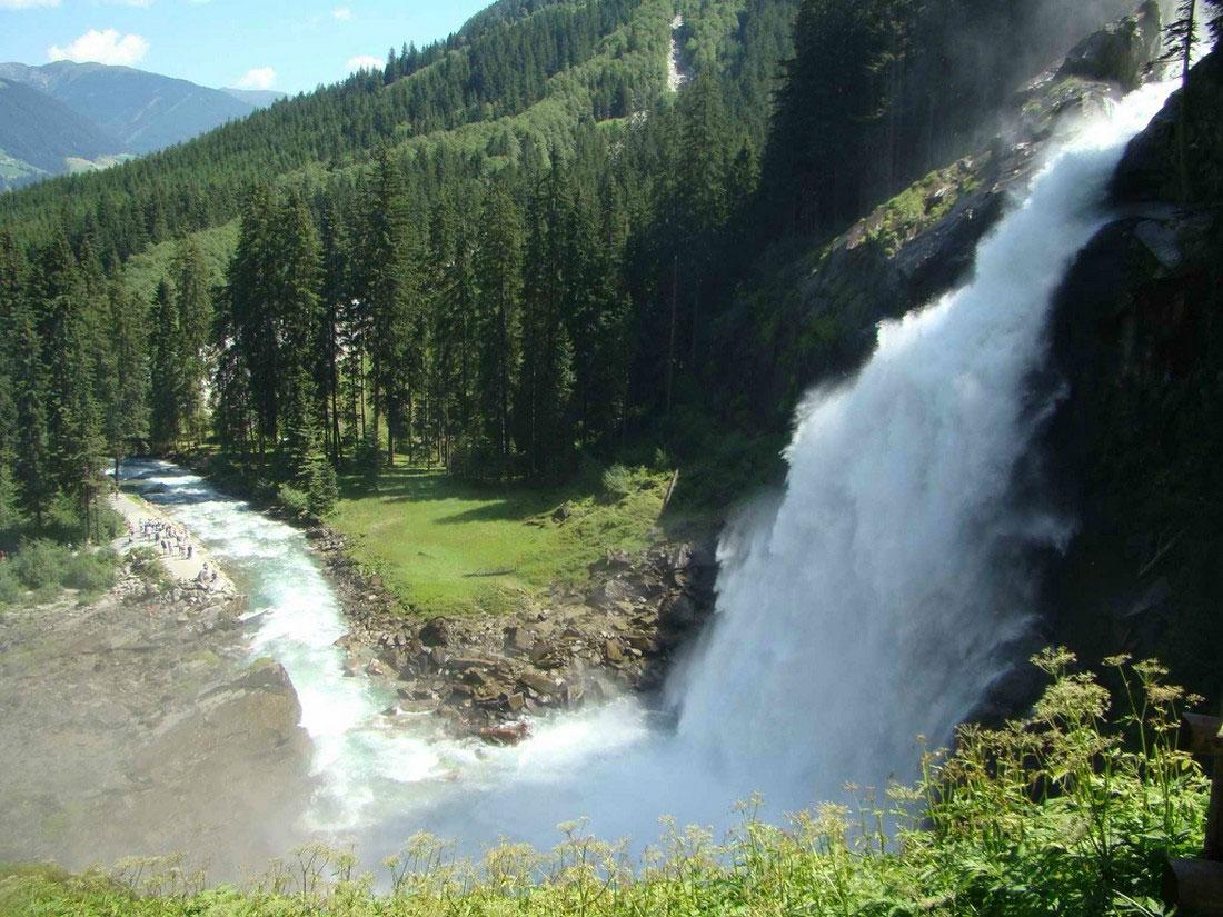Водопад возле австрийской деревушки Криммль