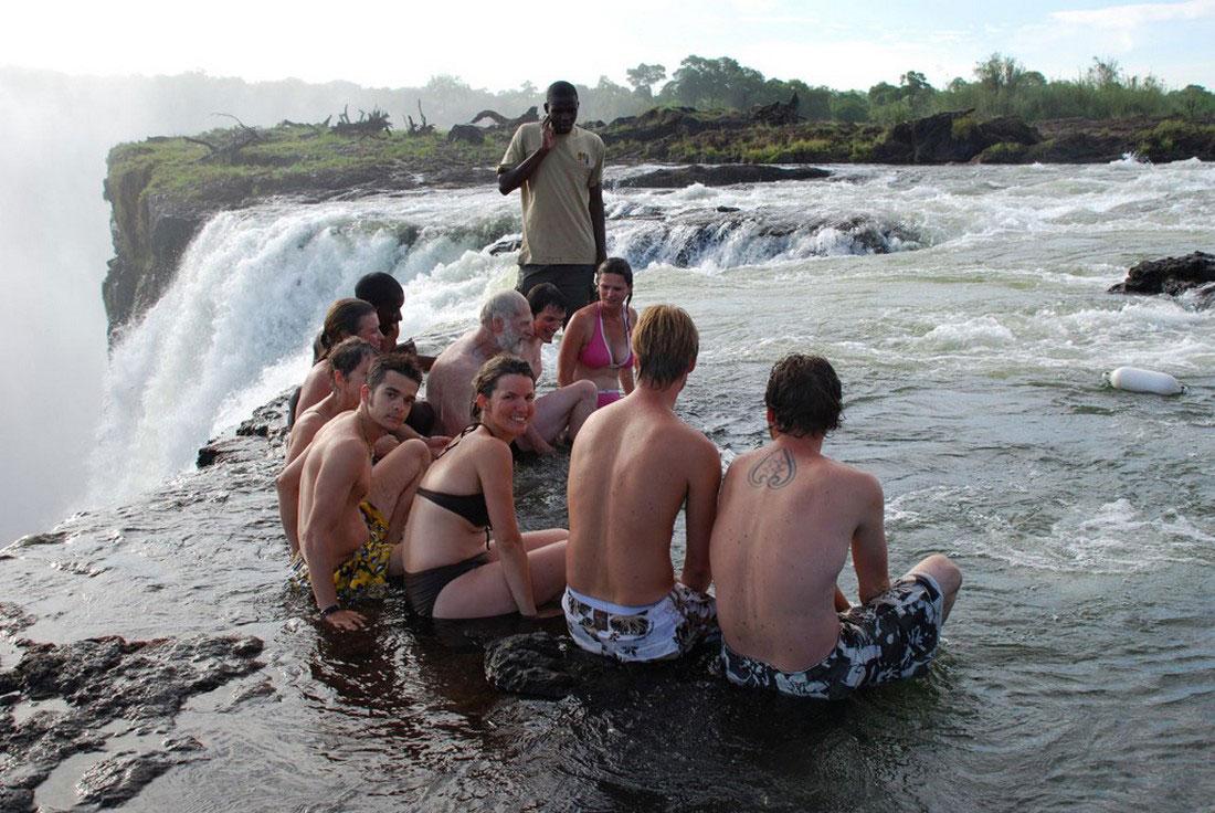 Туристы на краю водопада Виктория