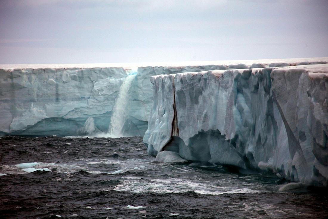 поток воды с ледника