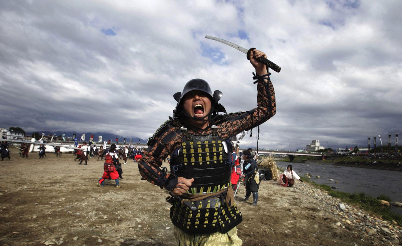 Мужчина в костюме воина-самурая