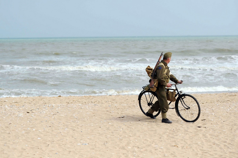 Солдат с велосипедом