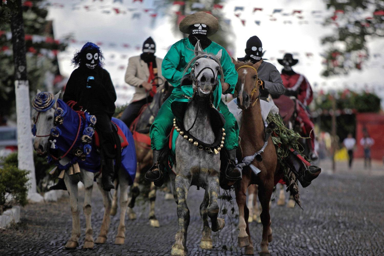 Актеры в масках на лошадях
