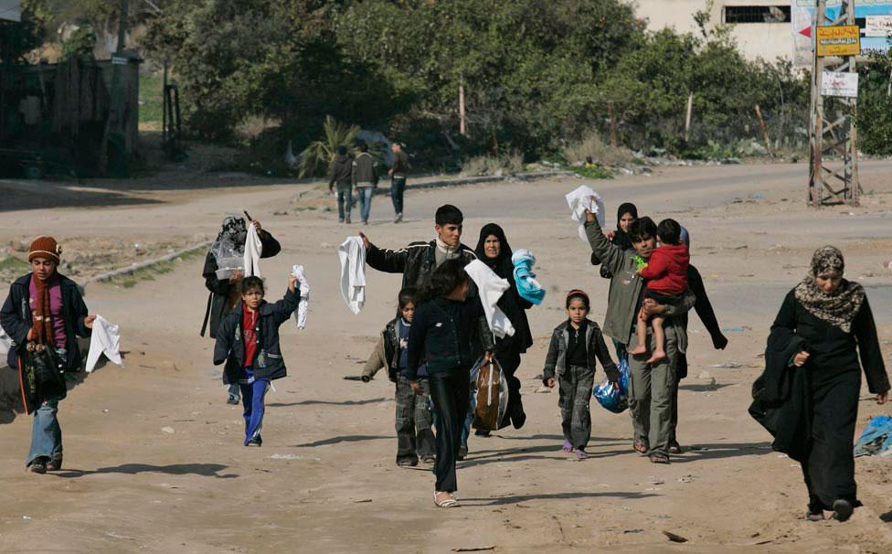 беженцы с белыми флагами, фото