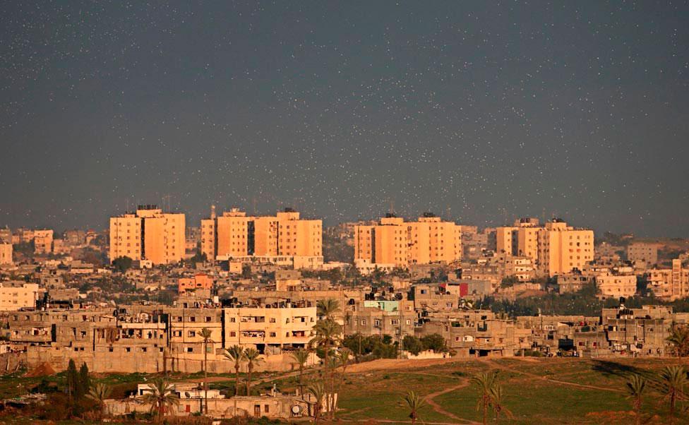 листовки над городом Газа, фото