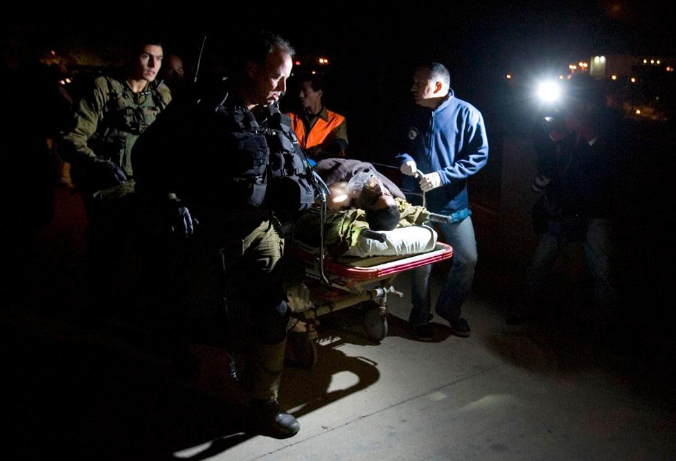 солдат с серьезными ранениями, фото