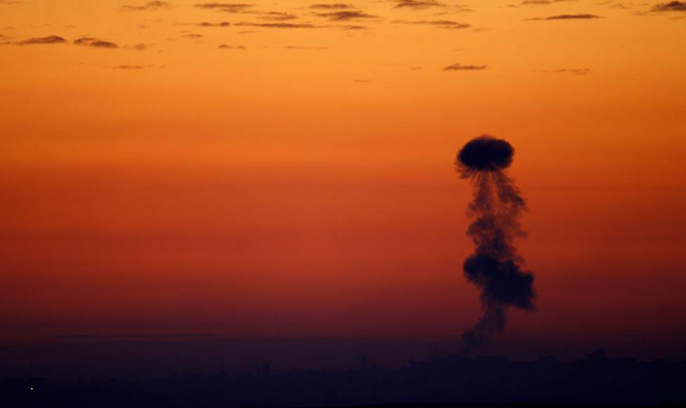 Дым от израильских артиллерийских обстрелов, фото