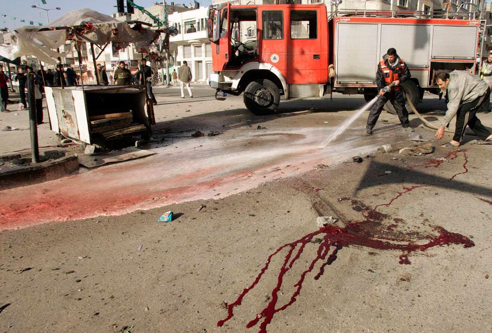 очистка улиц города от крови, фото
