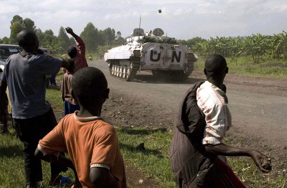 жители забрасывают камнями миротворцев ООН, Конго, фото