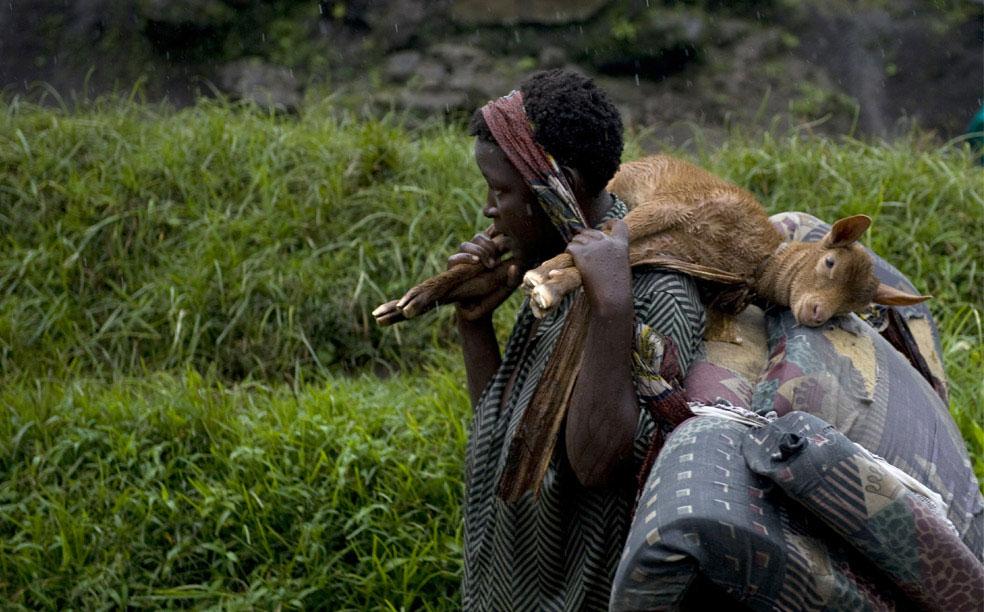 женщина возле базы Румангабо, Конго, фото