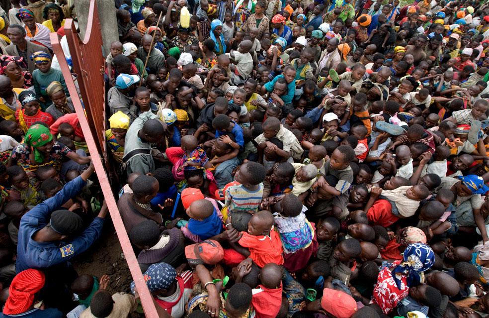 полицейский останавливает беженцев, Конго, фото