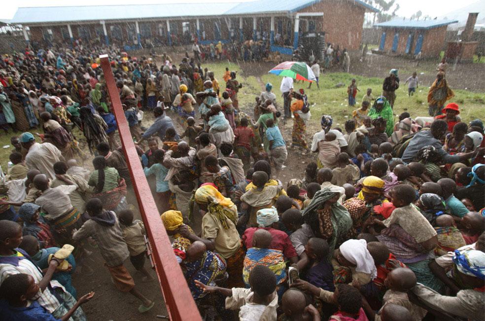 беженцы прорываются на базу, Конго, фото