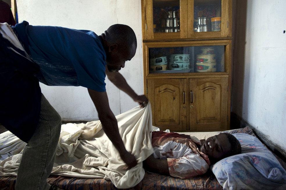 убит студент в своем доме, Конго, фото