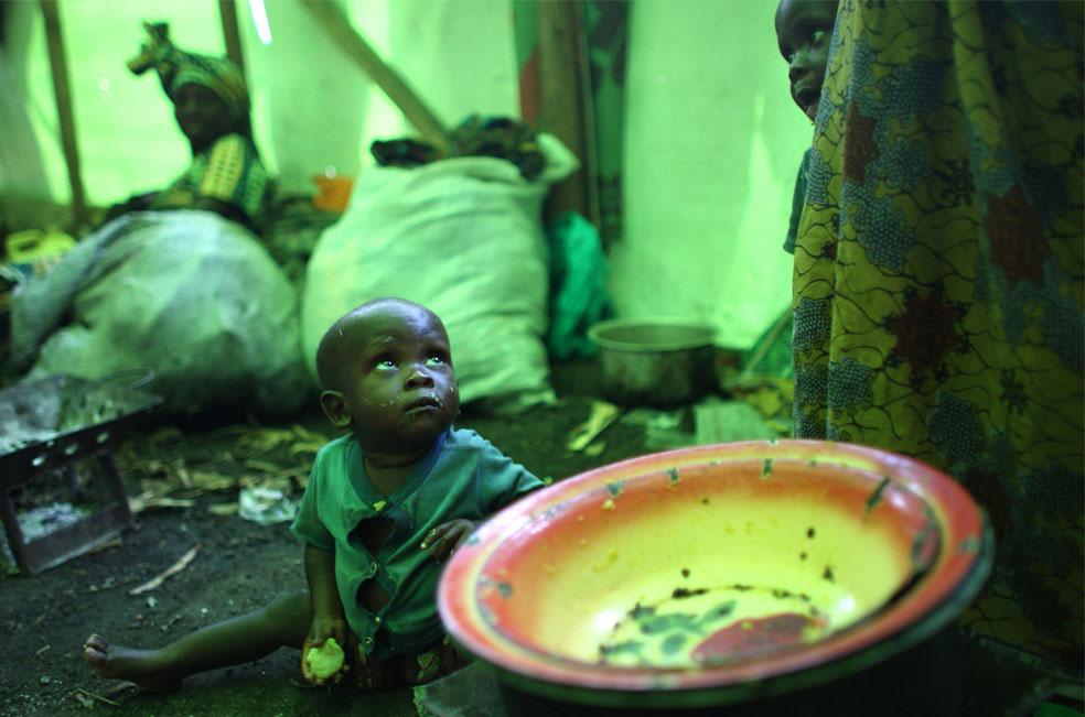 в импровизированной хижине, Конго, фото