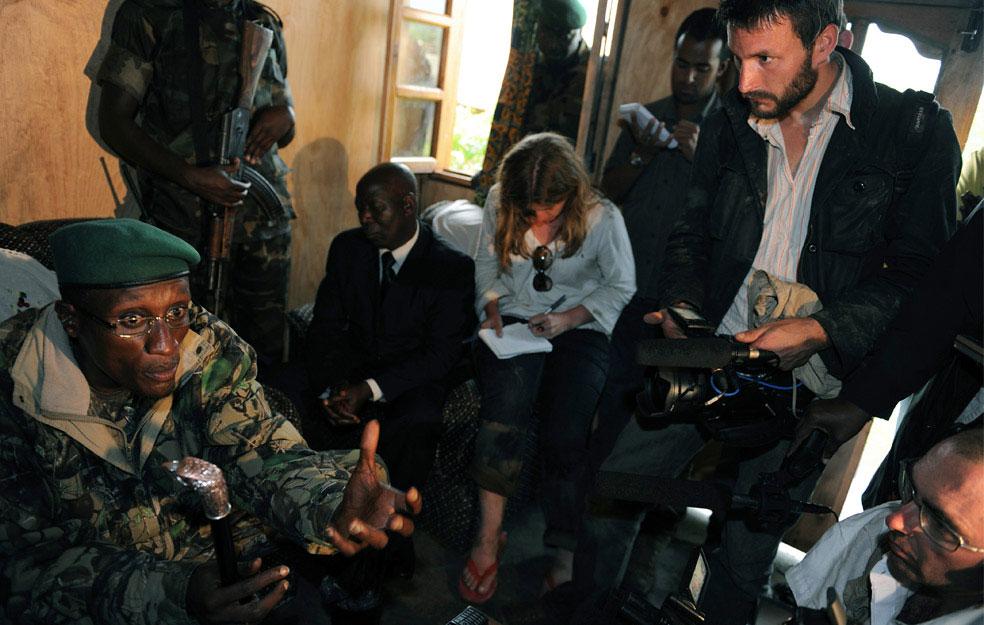 Лоран Нкунды разговаривает с международной прессой, Конго, фото